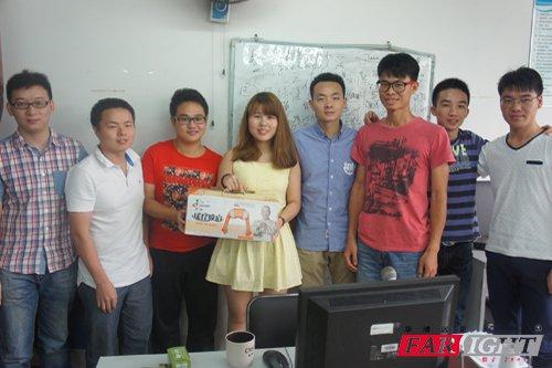 蛋糕,鲜花和祝福一起送给你们:深圳中心所有老师