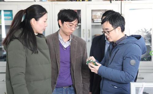 华清远见刘老师为NCIT中心负责人详细讲解产品研发过程