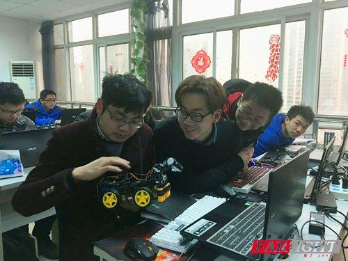 张老师为大家演示华清自主研发的智能小车