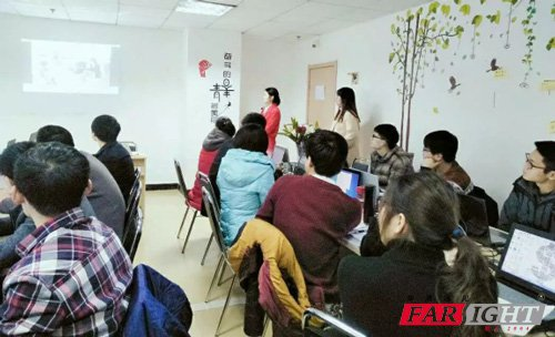 同学们认真观看开学视频