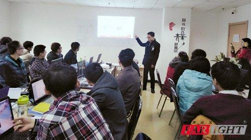 华清远见济南中心嵌入式技术老师焦老师做课程介绍