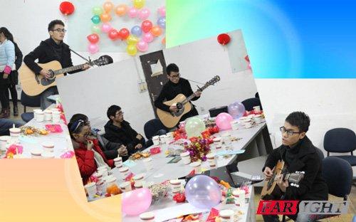 同学表演吉他弹唱